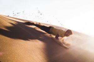 砂浜で腕立てをする男性