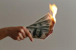 お金が燃えてなくなる