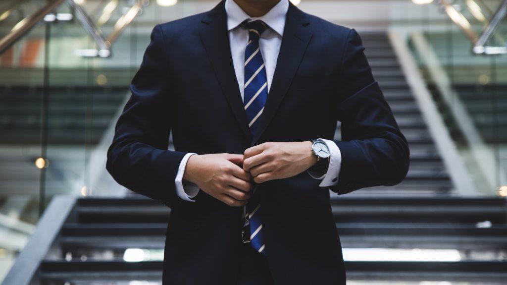 スーツ姿のビジネスマン・就活生