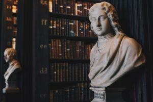 図書館と法則を見つけた人の像