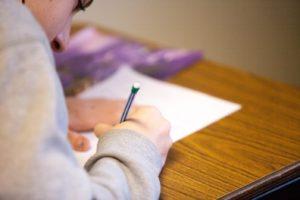 テスト(試験)に向けて勉強する男性