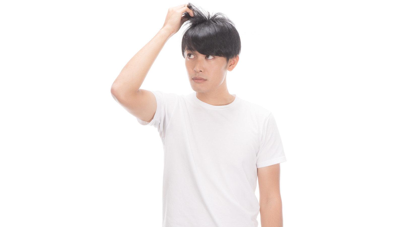 髪の毛がボサボサな事で悩む男