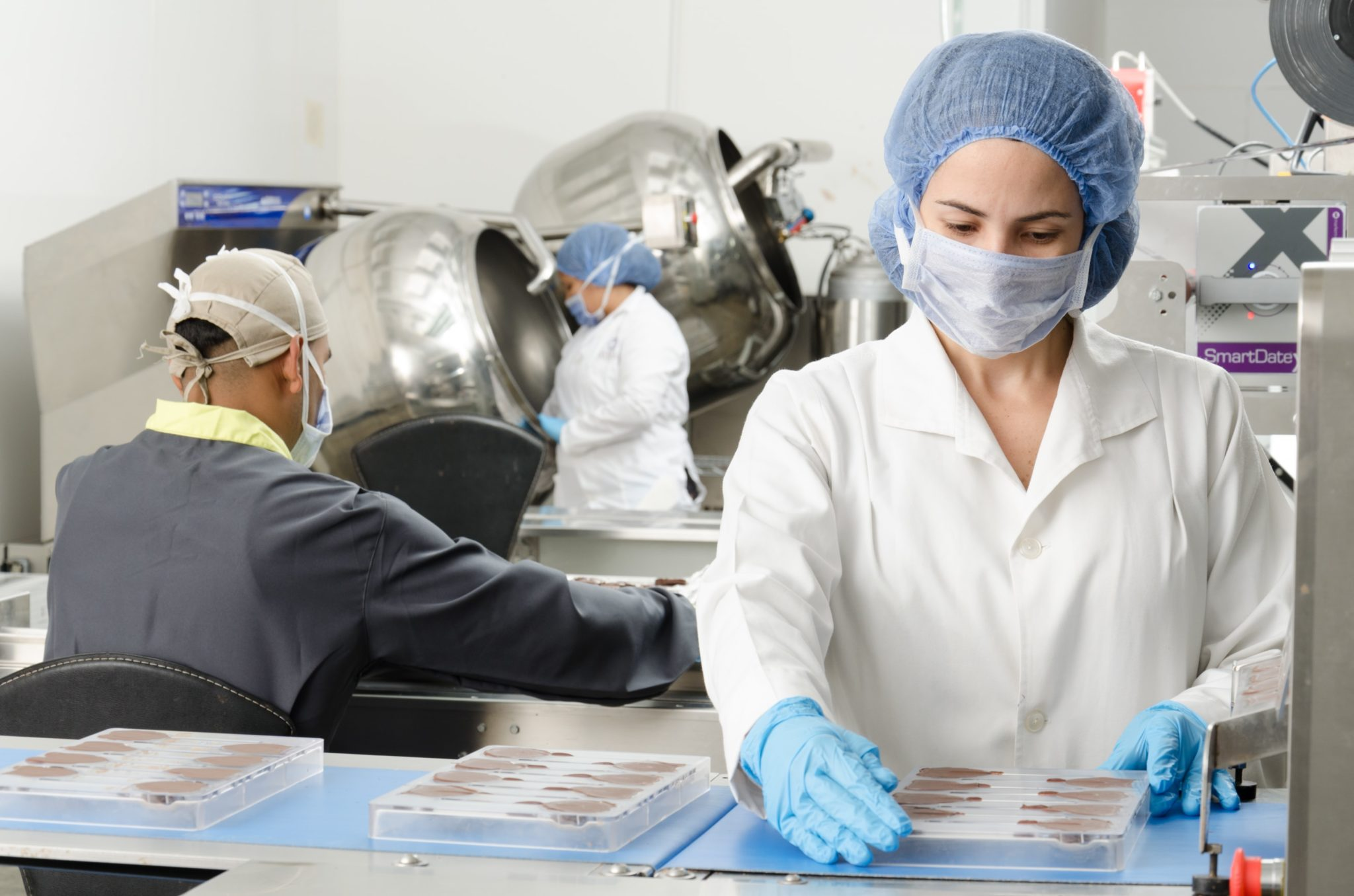 食品工場で働く女性