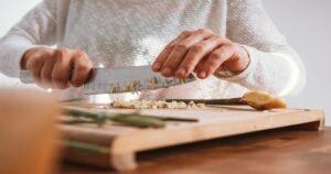 包丁で具材を切る【自炊の料理】