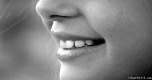 歯を強調した横顔
